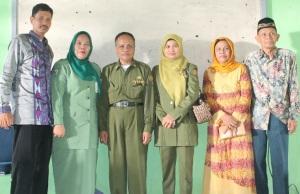 Hj. Andi Fatmawati, S.Pd., M.Si. bersama Suami dan Drs. Jamade, M.Si. bersama Ibu beserta Kedua Orang Tua Kepala SMA Negeri 1 Maniangpajo