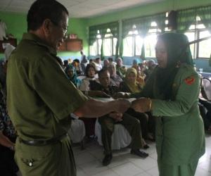 Kepala SMAN 1 Maniangpajo, Hj. Andi Fatmawati, S.Pd., M.Si. menerima SK Tugas Sebagai Kepala Sekolah dari Dinas Pendidikan Kabupaten Wajo