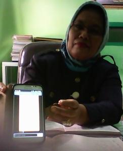 Kepala SMAN 1 Maniangpajo memperlihatkan SMS Penipuan yang masuk di HP-nya