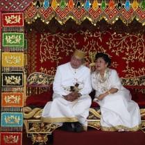 Presiden Susilo Bambang Yudhoyono dan Ibu Ani Yudhoyono saat dianuregahi gelar Adat Kehormatan Luwu