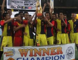 tim Futsal 'Cemara FC'' mengangkat trofi futsal Tournament 2014